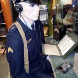 Sergent  mécanicien radio en action