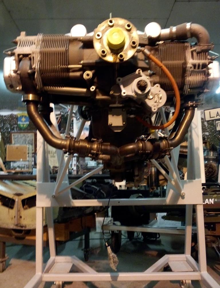 Moteur installé sur le support avion.